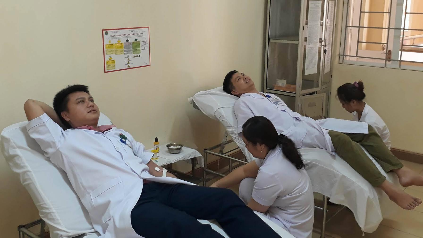 4 y bác sĩ hiến máu cứu sản phụ nguy kịch
