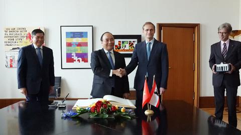 Thủ tướng đề nghị TP Berlin ủng hộ dự án nhà trẻ song ngữ Đức-Việt