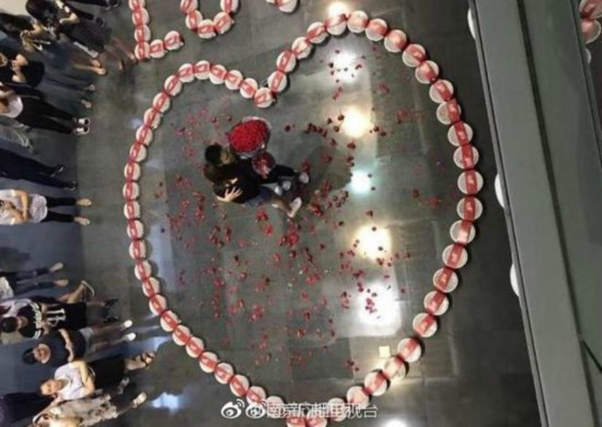 Chàng trai cầu hôn bạn gái giữa phố bằng 99 hộp tôm hùm