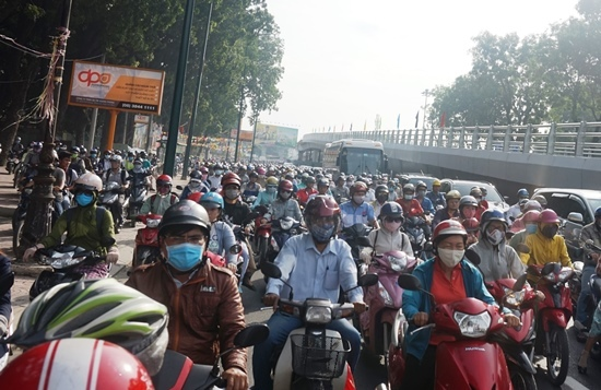 Thông xe cầu vượt, cửa ngõ Tân Sơn Nhất vẫn rối loạn