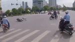 'Ninja' phóng xe bạt mạng, vượt đèn đỏ bị tông ngã sấp mặt