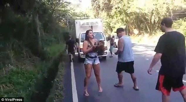 Hành động của cô gái khiến hàng chục đàn ông trố mắt nhìn