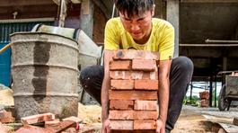 Nam sinh xin làm thợ xây ngay khi thi xong để cứu em ung thư