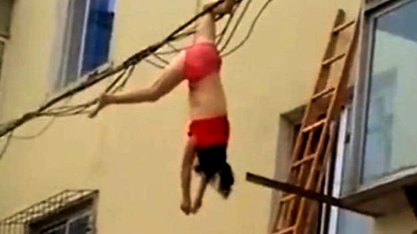 Sự thật video người phụ nữ mặc nội y bị treo lơ lửng trên dây điện