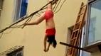 Sự thật video người phụ nữ chỉ nội y bị treo lơ lửng trên dây điện