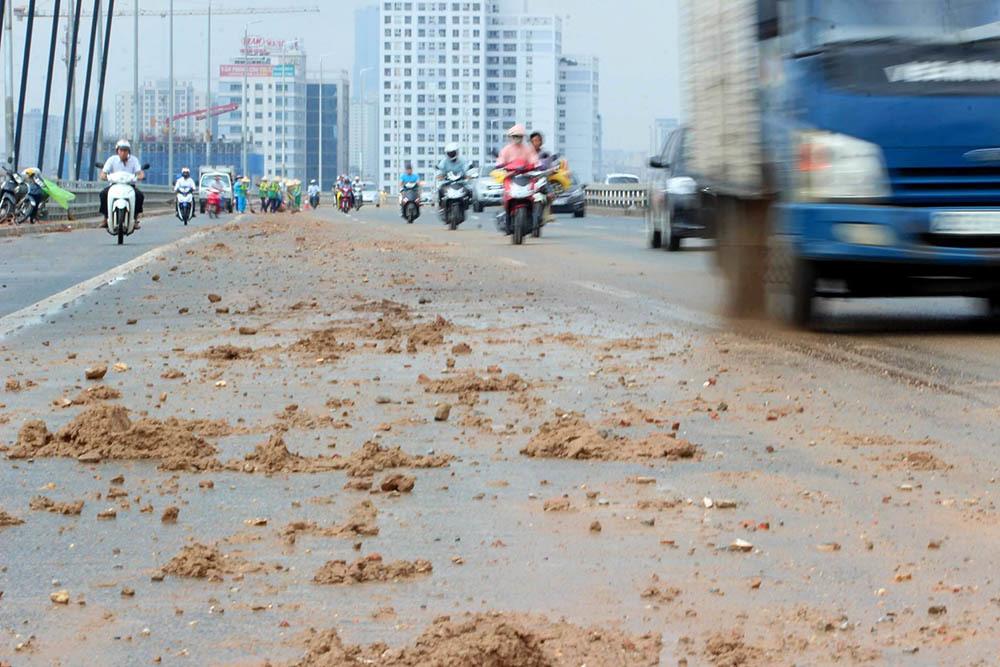 Ủy ban ATGT Quốc gia yêu cầu xử nghiêm xe vãi đất trên cầu Nhật Tân