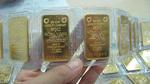Tiền tỷ trong két: Mua vàng hay gửi tiết kiệm?
