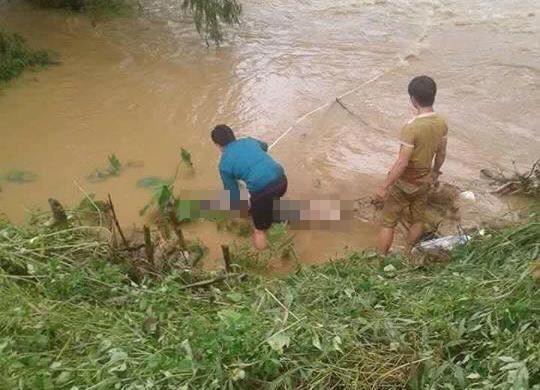 Xế hộp rơi xuống suối, 4 người chết và mất tích