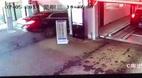 Khoảnh khắc kinh hoàng khi xế hộp Mercedes lao xuống từ tầng 4