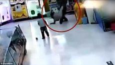 10 clip 'nóng': Bé gái bị cha ruột đánh đập tàn nhẫn giữa siêu thị