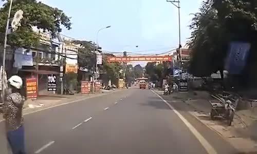 Vượt ẩu lấn làn, 2 xe máy tông nhau, lái xe ngã vào gầm xe tải