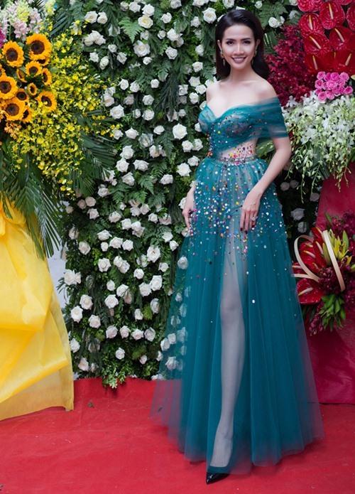 Jennifer Phạm diện áo dài hơn trăm triệu làm MC