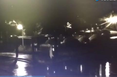 Mải xem điện thoại, thiếu niên 15 tuổi ngã xuống hồ chết đuối