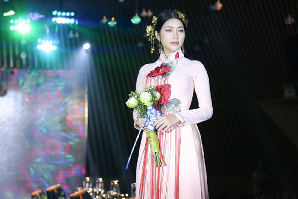 Diễn viên Yan My đọ sắc với chị gái Nam Em