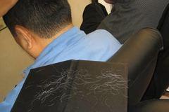Nhổ tóc bạc: Nên hay không?