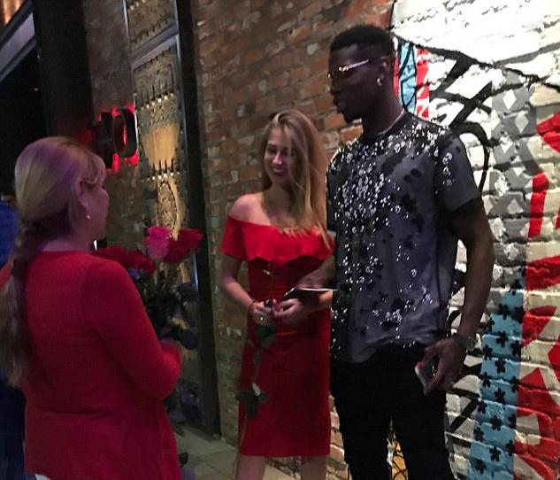 Pogba hẹn hò với kiều nữ tóc vàng xinh đẹp