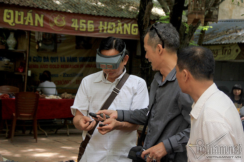 Độc lạ mang kính lúp đi chợ soi hàng hút đại gia