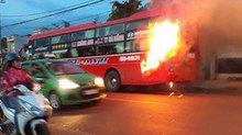 Xe khách cháy ngùn ngụt trên quốc lộ, hàng chục người tháo chạy