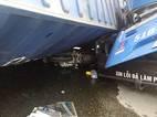 TP.HCM: Người đàn ông lồm cồm bò ra dưới thùng xe container bị lật