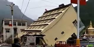 Nhà cao tầng đổ sập xuống sông sau mưa lớn tại Trung Quốc