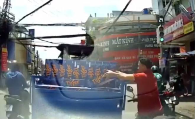 Nam thanh niên lấy trộm thùng bia khi dừng đèn đỏ ở Sài Gòn