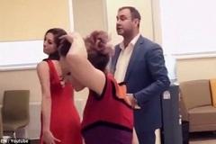Bực mình với nhân viên ngân hàng, khách thuê vũ nữ múa thoát y