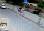 Bò điên cuồng tấn công người đi xe máy, hạ gục tài xế