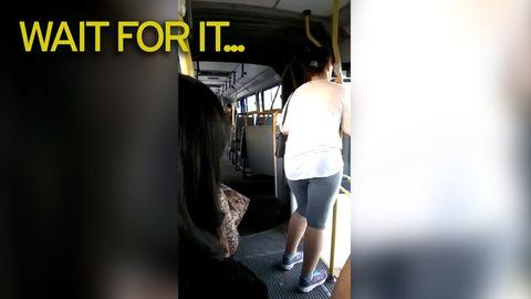 Xe buýt chở đầy khách bỗng dưng tách làm đôi