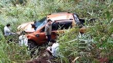 Xe bán tải lao xuống đèo Prenn, 3 người thoát chết