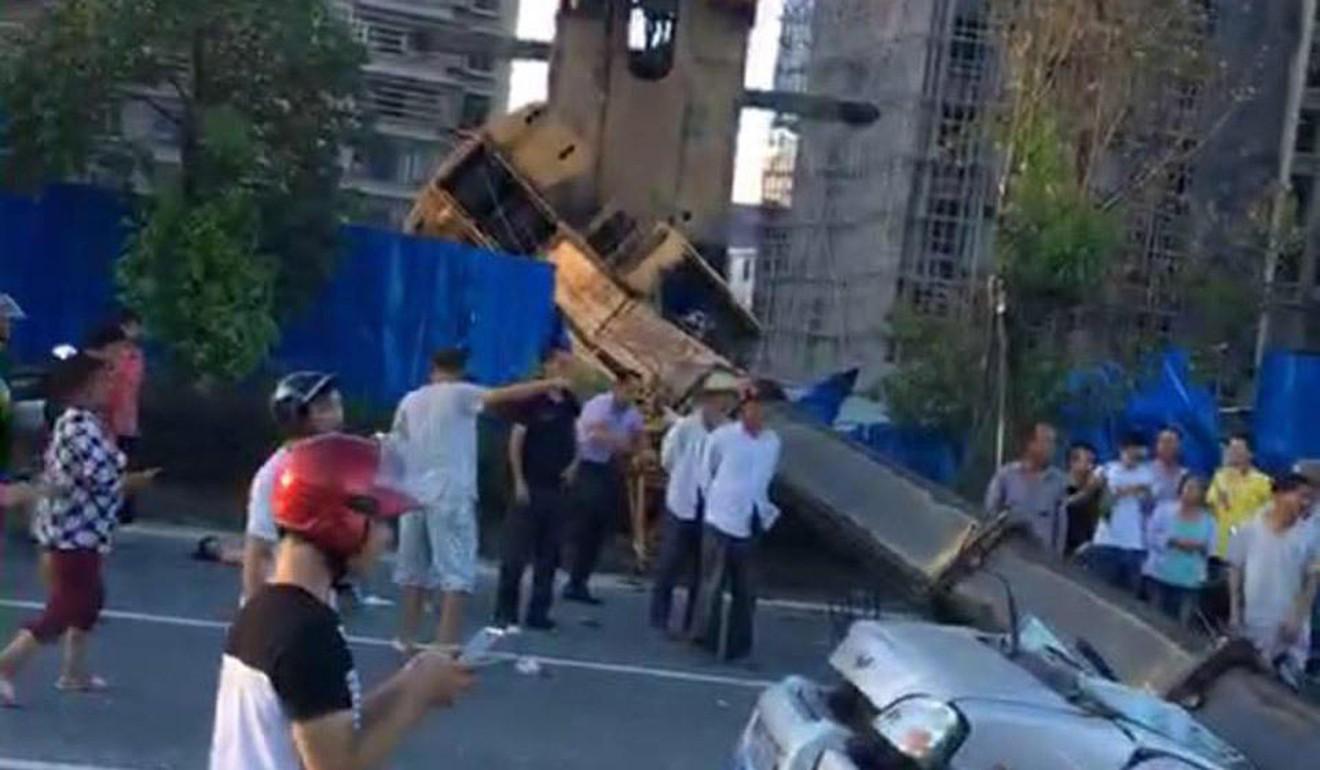 Trung Quốc: Cần cẩu sập, đè nát xe buýt đi ngang qua