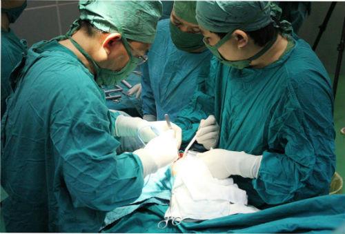 15 bác sĩ mổ xuyên đêm cứu thanh niên vỡ gan