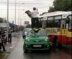 Cô gái leo lên nóc taxi bị tài xế đánh nhừ tử