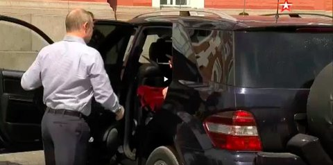 Vị khách bí ẩn ngồi sau ghế lái của TT Putin