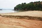 Bùn đỏ từ 40 móng biệt thự trái phép ở Sơn Trà đổ xuống biển