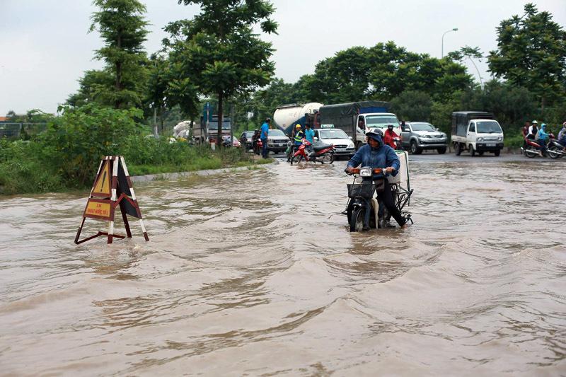 Đại lộ Thăng Long ngập sâu, nghìn xe nối nhau chờ nước rút