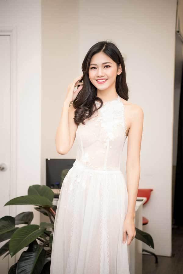 Á hậu Thanh Tú gợi cảm trong váy ren xuyên thấu
