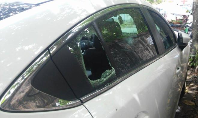 Hàng loạt ô tô bị kẻ xấu đập vỡ kính để lấy trộm đồ
