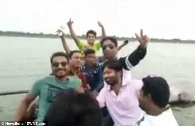 Kết cục đau lòng cho nhóm thanh niên mê mải selfie giữa hồ