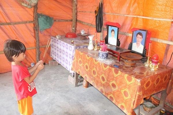 Xót xa bé gái 5 tuổi thắp hương cho cha mẹ trong căn chòi phủ bạt