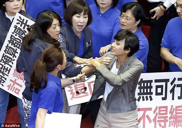 Nữ nghị sĩ Đài Loan choảng nhau giữa phiên họp