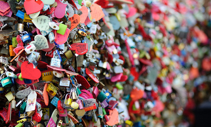 Hàng rào khóa tình yêu và chiếc ghế gãy