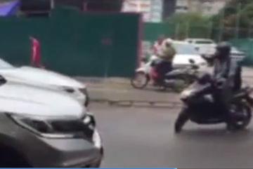 Lexus nghênh ngang lấn làn bị xe máy ép đi đúng làn