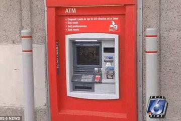 Giải cứu người mắc kẹt trong cây ATM