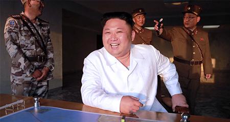 Kim Jong Un trọng thưởng các kỹ sư tên lửa thế nào?
