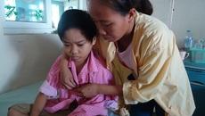 Con héo mòn vì ung thư hạch, cha mẹ nghèo xin cứu