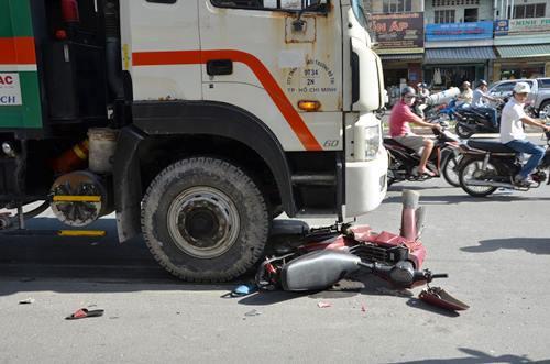 Bị xe rác húc văng, hai phụ nữ và bé 5 tuổi nằm bất động trên đường