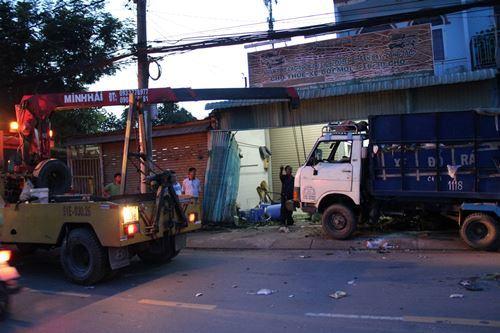 Container húc xe chở rác xuyên thủng nhà dân ở Sài Gòn