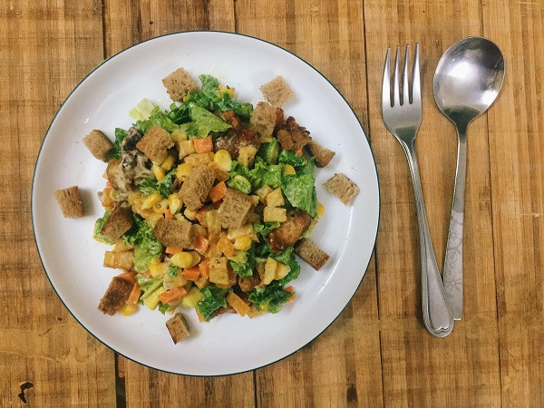 Cách làm salad trộn gà chiên giòn ngon miệng, đủ chất