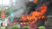 Xe giường nằm bốc cháy dữ dội ở Nghệ An