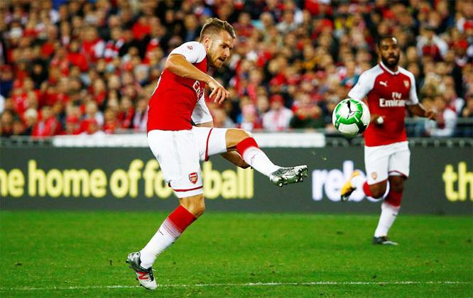 Giroud 'nổ súng', Arsenal thắng dễ trên đất Úc